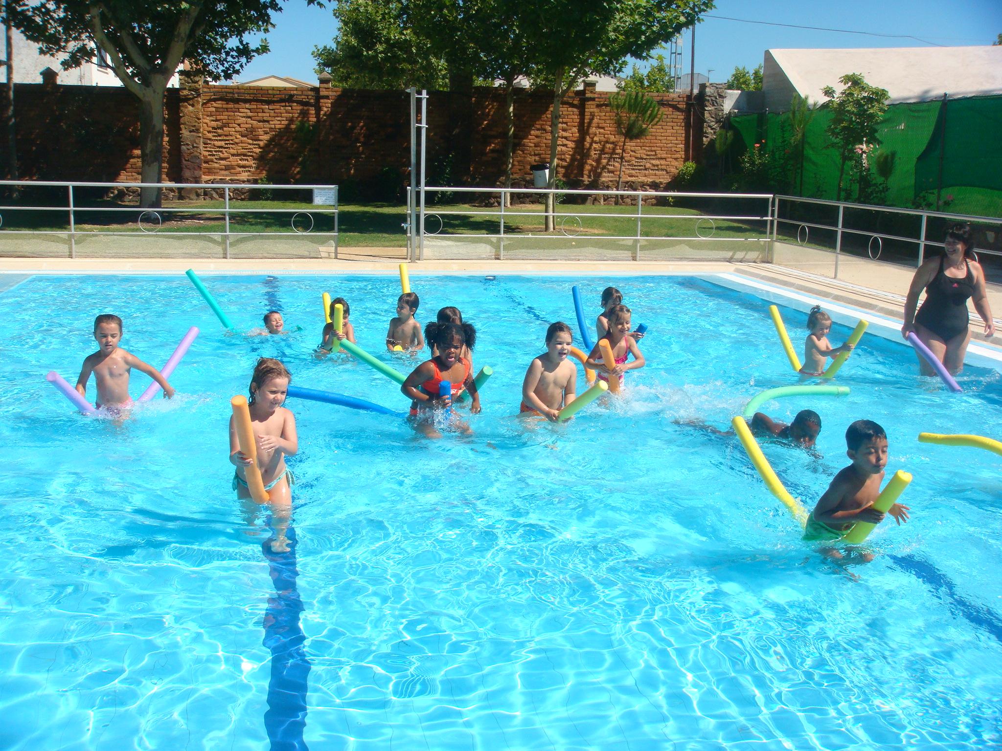 La piscina municipal abrir el 15 de junio for Piscina municipal caceres